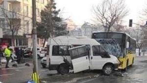 İstanbul Sancaktepede İETT otobüsüyle minibüs çarpıştı