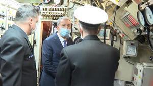 Bakan Akar TCG Gür denizaltısını ziyaret etti