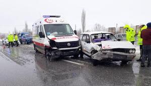 Otomobil ambulansla çarpıştı