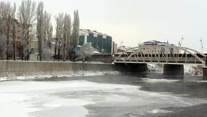 Ardahan eksi 20 ile buz kesti Kura Nehri kısmen dondu
