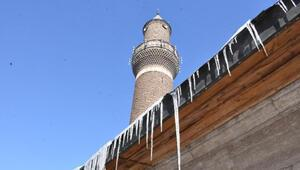 Sivasta, çatılarda tehlike oluşturan buz sarkıtlarına itfaiye müdahalesi