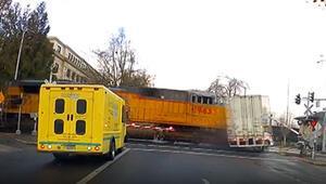 ABDde tren hemzemin geçitteki TIR´a böyle çarptı