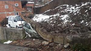 İstinat duvarı çöktü, 2 araç altında kaldı