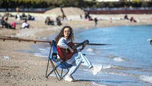 Antalyada şubat ayının en sıcak gününü sahilde geçirdiler