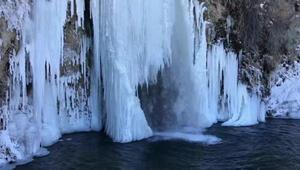 Bayburtta dondurucu soğuklarda nehir ve şelaleler buz tuttu