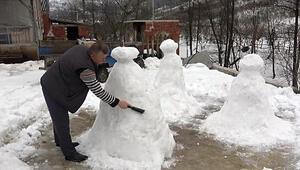 Gezmek istediği peri bacalarının kardan heykelini yaptı