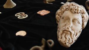 Macaristan'da ele geçirilen Türkiyeye ait tarihi eserler Çavuşoğlu'na teslim edildi
