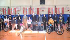 Esenyurtta Emniyet Müdürü Aktaşın katılımıyla çocuklara bisiklet dağıtıldı