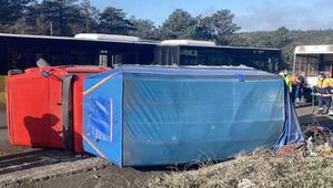 Son Dakika: Pazarcının kamyoneti devrildi, meyveler yola savruldu