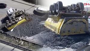 Başakşehirde hafriyat kamyonunun dorsesi devrildi Tonlarcası yola döküldü