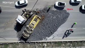 Hafriyat kamyonu dorsesi ters döndü; tonlarca hafriyat yola saçıldı