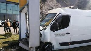 Reklam panosuna çarpan minibüsün sürücüsü yaralandı