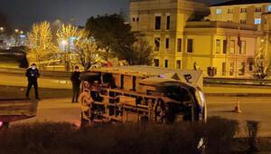 Bursada yan yatan kamyoneti vatandaşlar düzeltti