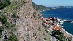 Assos Antik Limanı yolunda bulunan dev kayalara ve taşlara önlem alınacak