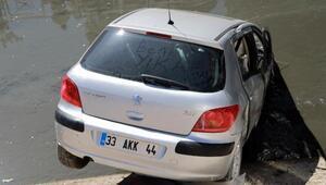 Genç kızın korku dolu anları Otomobiliyle su kanalına uçtu