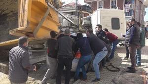 Arnavutköyde hafriyat kamyonu devrildi