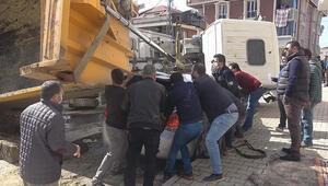 Arnavutköyde hafriyat kamyonu otomobilin üzerine devrildi