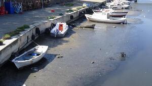 Sarıçayda sular çekildi, tekneler karaya oturdu