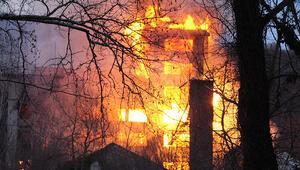 Eski un fabrikasını saran alevler 3 saatte söndürüldü