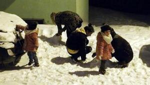 Ağrılı çocukların gece yarısı kar keyfi