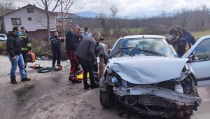 Bartında iki otomobil kafa kafaya çarpıştı: 4 yaralı
