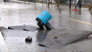 Bağcılarda su borusu patladı yol göle döndü