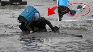 Bağcılarda su borusu patladı Moto kurye çukura düştü...