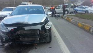 Düzcede hafif ticari araçla otomobil çarpıştı: 3 yaralı
