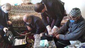 Niğdede 96 yaşındaki Özkanın kimlik başvurusu evinde alındı