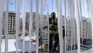 Erzurumda, itfaiyecilerin metrelerce yükseklikte buz mesaisi