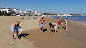 Turistler plajda temizlik yaptı