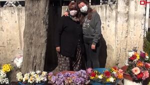 Mezarlıkta çiçek satarak kızını Oxford Üniversitesinde okutuyor