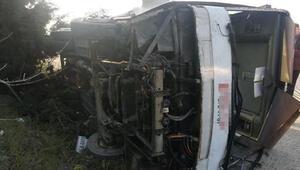 Lastiği patlayan yolcu otobüsü, su kanalına devrildi Çok sayıda yaralı