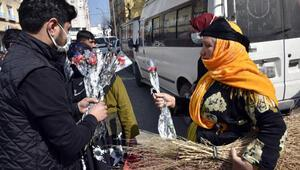 Siverekli kadınların 'hediye karanfil' tereddüdü