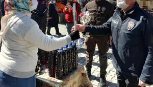 Boluda polis, kadınlara çiçek dağıttı