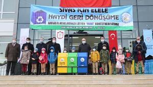 Sivas Belediyesi okullara atık kutuları dağıttı