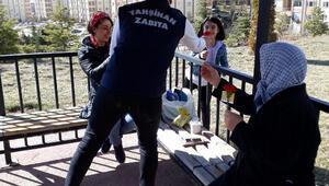 Kırıkkalede belediye personeli, kadınlara karanfil dağıttı