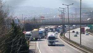 TEMde TIR devrildi, kilometrelerce araç kuyruğu oluştu