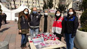 Sultangazide kadın polisler karanfil ve KADES broşürü dağıttı