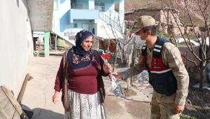 Diyarbakırda, jandarmadan kadınlara karanfil
