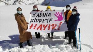 Kadın dağcılar Bolkar Dağlarında Kadına Şiddete Hayır pankartı açtı
