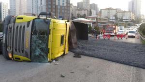Ümraniyede kamyon devrildi Metrelerce trafik oluştu