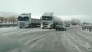 Tokat- Sivas yolunda ulaşıma kar engeli