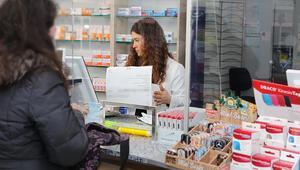 Eczacılar yüksek ücret için aşı merkezlerinde çalışıyor