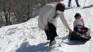 Kırmızı kategorideki Aksarayda, çocukların kar eğlencesi