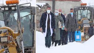 Doktor ve ebe, yolu kardan kapalı köye greyderle ulaştı