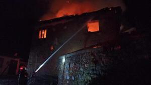 Balıkesirde iki katlı müstakil ev yandı