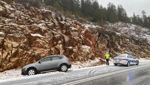 Antalya - Konya kara yolunda ulaşım kar yağışı nedeniyle güçlükle sağlanıyor