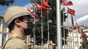 Tokatta asker kıyafetli 15 yaşındaki çocuklar, halka üzüm hoşafı dağıttı