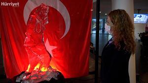 Atatürkün efsane pozunun buzdan heykeli yapıldı